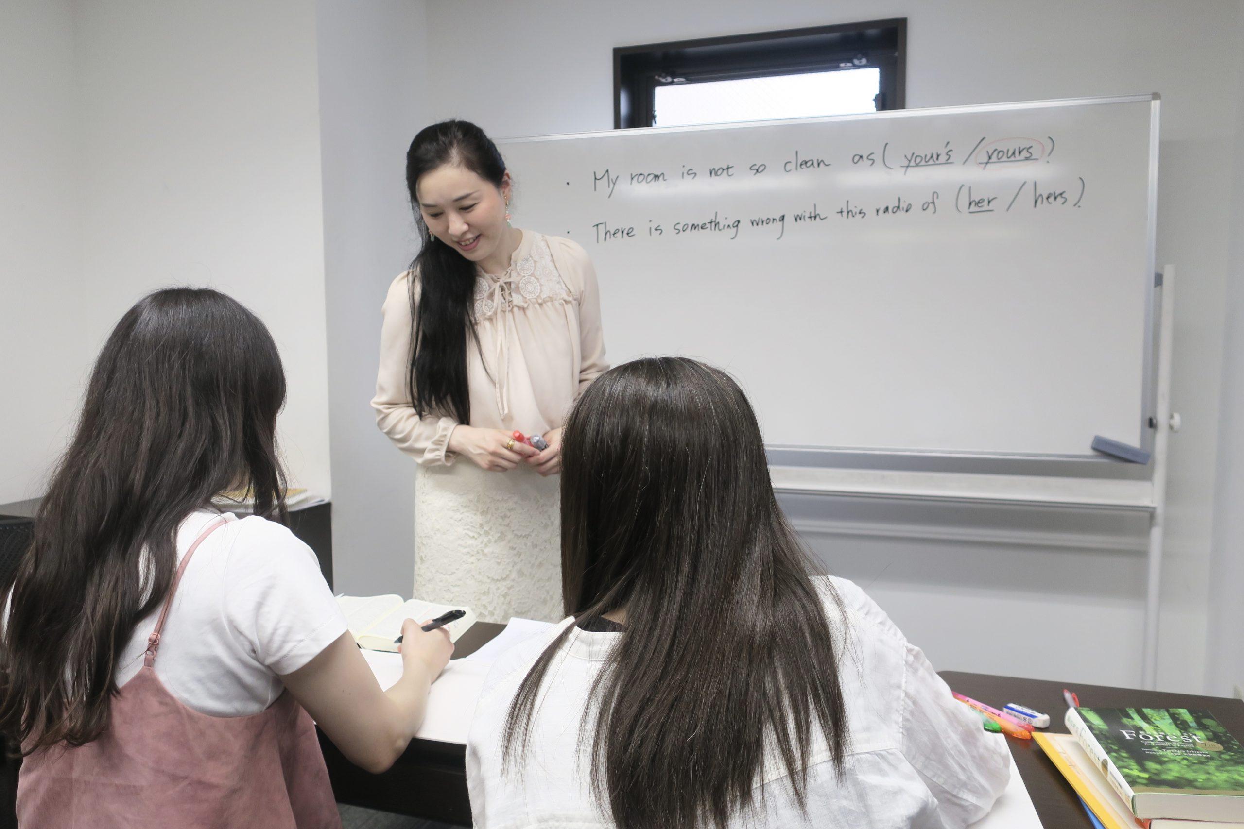 勉強を教える女性とその生徒